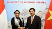 我國外交部長范平明(右)與印尼外交部長雷特諾‧馬爾蘇迪。(圖源:外交部)