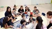 孩子在父母的陪伴下上音樂課。