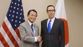 財政部長麻生太郎(20日)在華盛頓與美國財長姆努欽會談。(圖源:共同社)