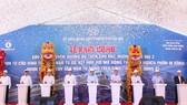 河內市領導與投資商在動工儀式上按鈕啟動該工程項目。(圖源:英俊)