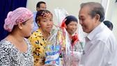 國家常務副總理張和平向110名環境貧困的占族同胞贈送禮物。