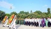 市領導代表團前往市烈士陵園晉謁英雄烈士。(圖源:龍湖)