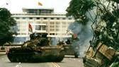 1975年4月30日上午解放軍坦克駛進獨立宮,宣告從此南方解放,祖國統一。(圖源:互聯網)