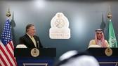 4月29日,沙特阿拉伯外交大臣朱拜爾(右)和美國新任國務卿蓬佩奧在利雅得出席記者會。(圖源:AP)