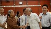 市國會代表團專職副團長潘阮如奎(右)與選民交流。(圖源:自忠)