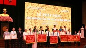 越南勞動總聯團向取得出色成績的集體和個人頒贈競賽錦旗及獎狀。(圖源:白藤)
