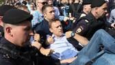 阿列克謝·納瓦尼被莫斯科警方帶走。(圖源:CNN)