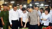 武德膽副總理在平田集散市場與商販交談。