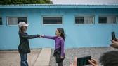 遊客在韓國南楊州電影製片廠的複制板門店佈景處拍照。(圖源:Getty Images)