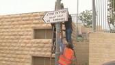 這些路牌以英語、希伯來語和阿拉伯語書寫,豎立在耶路撒冷南部美國領事館的附近。(圖源:互聯網)