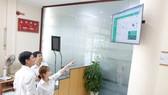 天龍集團員工通過屏幕跟進太陽能發電的數據。