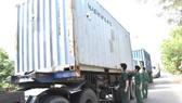 職能力量突擊檢查可疑的集裝箱車。(圖源:巴地-頭頓報)