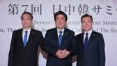 日本首相安倍晉三9日上午在日本東京迎賓館與中國國務院總理李克強和韓國總統文在寅舉行會談,3方就攜手合作以實現朝鮮完全無核化達成一致。(圖源:歐新社)
