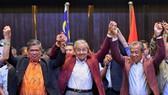 在馬來西亞必打靈查亞,馬哈蒂爾(中)出席新聞發佈會。(圖源:互聯網)