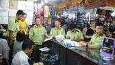 工作組突擊檢查第一郡濱城市場一系列攤位,查獲許多贗品、冒牌貨和商業詐騙違規場合。(圖源:山平)