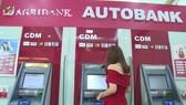 國家銀行最近指導各家商業銀行當前暫時不調升櫃員機內部提款費。(示意圖源:互聯網)