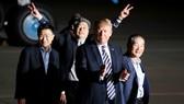 美國總統特朗普10日凌晨前往位於華盛頓附近的安德魯斯空軍基地,迎接3名被朝鮮釋放的美國囚犯。(圖源:路透社)
