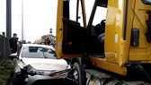 """該起交通事故現場,汽車與集裝箱車""""頭對頭""""黏在一起。(圖源:互聯網)"""