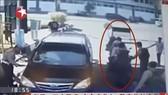 """監控視頻錄下的該起""""家庭式襲擊""""引爆前一剎那的圖像。(圖源:監控視頻截圖)"""
