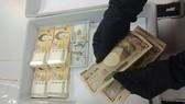 查獲的涉案外幣。(圖源:越通社)