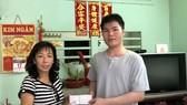 陳艷麗主任將善款轉交給周善輝同學。