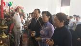市領導代表團在本市胡志明博物館上香緬懷。(圖源:VOV)