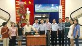 范興編委(左四)與俱樂部執委一起切蛋糕祝賀。