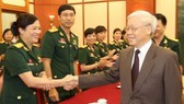 阮富仲總書記接見前來河內出席第九屆軍隊工會代表大會的傑出軍隊工會代表團。(圖源:越通社)