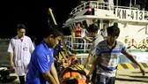 患潛水減壓症的漁民阮文明獲送上岸前往醫院接受治療。(圖源:VOV)