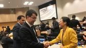 各國大使向我國駐聯合國代表團團長阮芳娥大使表示祝賀。(圖源:越通社)