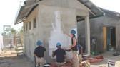 美國海軍的水手們在寧和市寧平小學的建設工程參加建設若干小項目。(圖源:公詩)