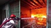 火警現場火勢猛烈,消防隊員在奮勇滅火。(圖源:消防隊提供)
