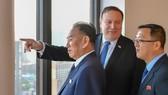 美國國務卿彭佩奧(中)與金正恩特使金英哲(左)。(圖源:AFP)