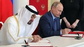 俄羅斯總統普京與阿拉伯聯合酋長國阿布扎比王儲穆罕默德簽署兩國戰略夥伴關係宣言。(圖源:Sputnik)