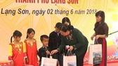 國會常務副主席從氏放向廣樂鄉小學學生及貧困兒童贈送禮物。(圖源:VOV)