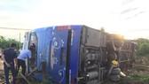 途經廣治省海陵縣海尚鄉路段的編號37B-00930客車側翻在路旁,導致車上10多名乘客受傷。