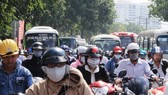 騎摩托車者使用耳機在本市各條街道是司空見慣的情況。