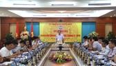 張明俊部長(中)主持會議並發表講話。