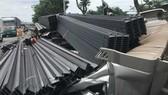 故事現場駕駛室距離集裝箱車體約4米,被上百根鋼條壓住,司機被困在駕駛室內,多束鋼條墜落路上。(圖源:越南快訊)