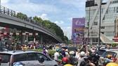 眾多民眾聚集在新平郡賈父陵環島,造成該區域的交通擁堵。(圖源:L.Thoa)
