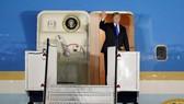 6月10日,在新加坡巴耶利峇空軍基地,美國總統特朗普在下機前招手致意。(圖源:路透社)