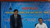 越南新聞工作者協會常務副主席胡光利(左)在發佈會上發言。(圖源:玉葉)