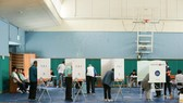 6月13日,選民在韓國首爾一個投票點參加投票。(圖源:新華網)