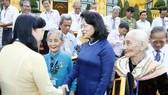 國家副主席鄧氏玉盛接見芹苴市有功者代表團。(圖源:慶林)