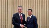美國駐越南大使丹尼爾‧克里騰布林克與市人委會副主席陳永線握手合照。(圖源:之梅)