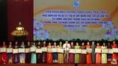 會議上獲表彰的先進模範婦女大合照。(圖源:秋沙)