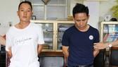 被抓獲的2名運毒歹徒楊阿泡(左)和王阿費,以及23塊海洛因物證。(圖源:公安機關提供)