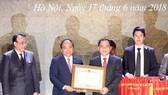 政府總理阮春福給投資商頒發投資許可證。(圖源:越通社)