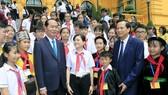 國家主席陳大光與兒童交談。(圖源:顏創)