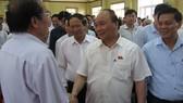 政府總理阮春福與選民接觸。(圖源:黎新)